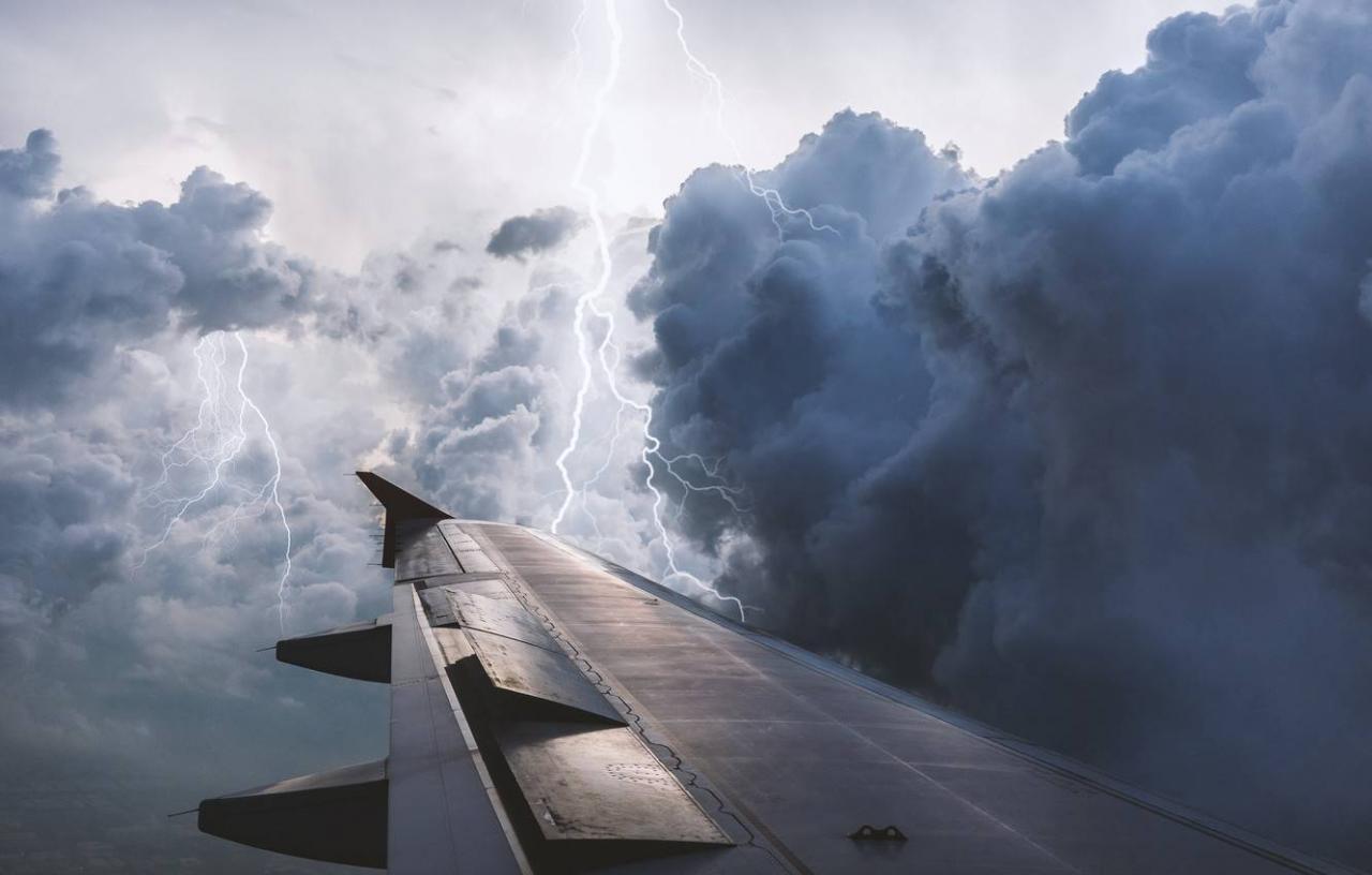 1603474038 krylo samoleta samolet samoliot groza tuchi letit polet nebo